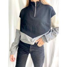 Buzo friza negro corto con medio cierre y recortes color block