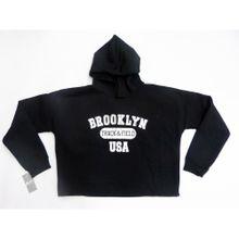 Buzo friza crop color negro con capucha y estampa